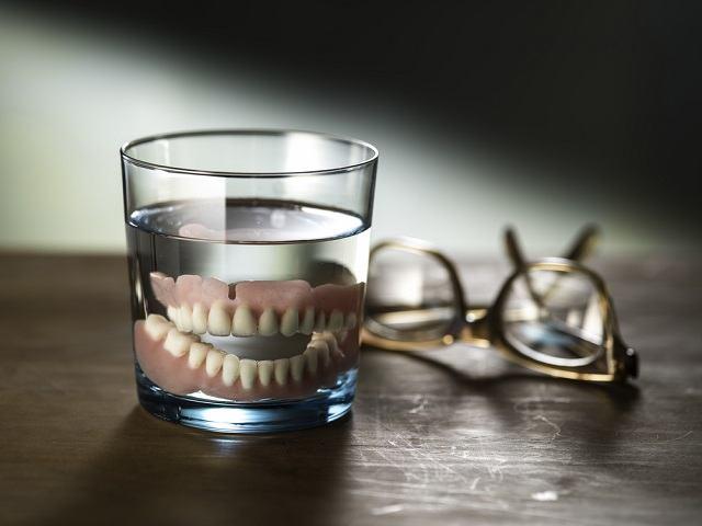 Ketahui Cara Merawat Gigi Palsu