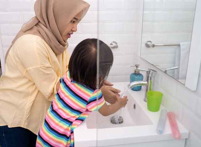 Bunda dan Ayah, Yuk Ajarkan Cara Menjaga Kebersihan Diri pada Anak - Alodokter