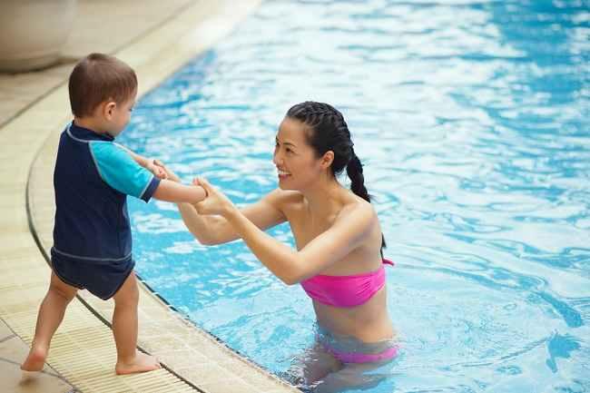 Yuk, Simak Tips Aman Berenang dengan Anak