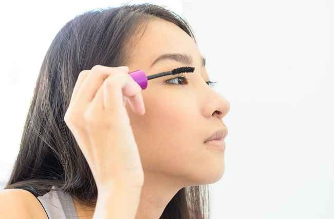 Tips Menggunakan Makeup Mata dengan Aman Tanpa Iritasi - Alodokter