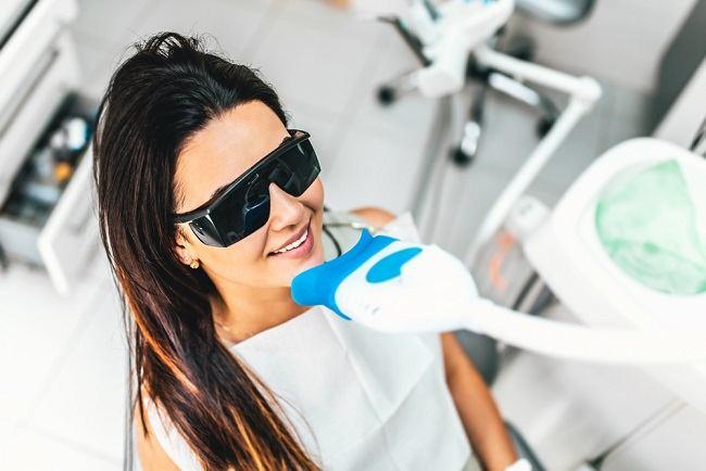 Amankah Pemutihan Gigi Dengan Sinar Laser? Yuk, Cari Tahu Penjelasannya! - Alodokter
