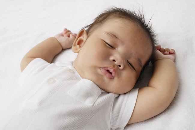 Mengenali dan Membentuk Pola Tidur Bayi 2 Bulan