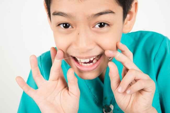 Ketahui Manfaat dan Cara Mengajarkan Pemakaian Benang Gigi pada Anak