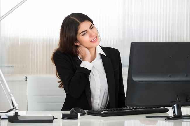 6 Cara Atasi Nyeri Leher Akibat Terlalu Lama di Depan Komputer