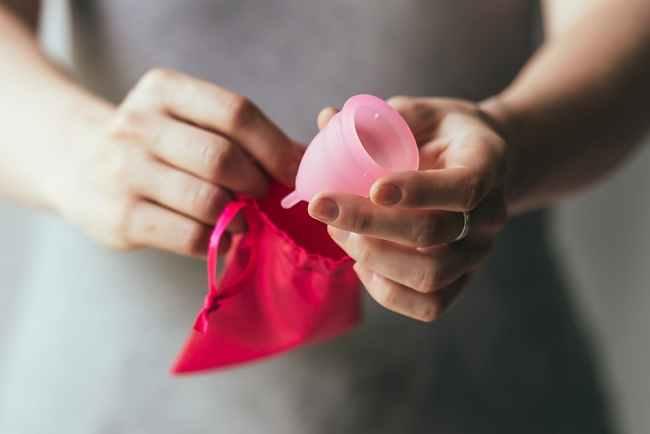 Yuk, Ketahui Lebih Jauh tentang Menstrual Cup sebagai Pengganti Pembalut - Alodokter