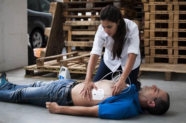 Begini Cara Menggunakan Alat AED yang Benar - Alodokter