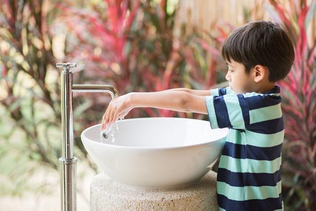 Kebiasaan Anak yang Dapat Memicu Batuk Pilek - Alodokter