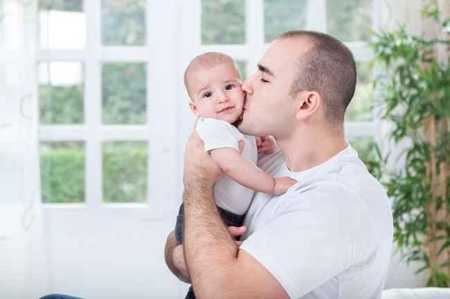 Selain Usia Bunda, Usia Ayah juga Pengaruhi Kesehatan Bayi - Alodokter