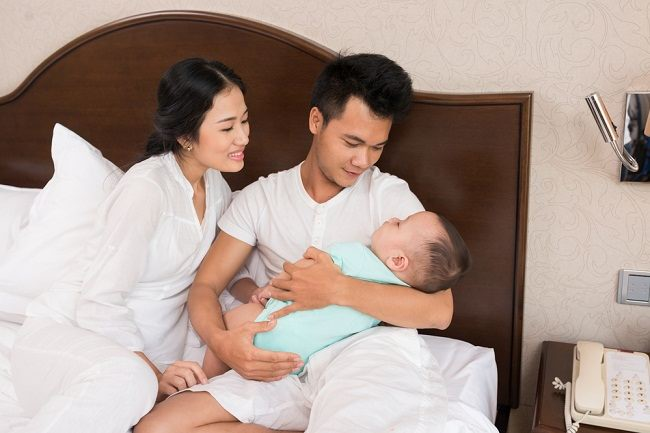 Ini Cara Membiasakan Bayi Tidur Siang - Alodokter