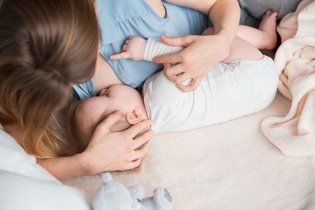 Ini Bahayanya Memberikan Susu Botol pada Bayi Sambil Tiduran - Alodokter