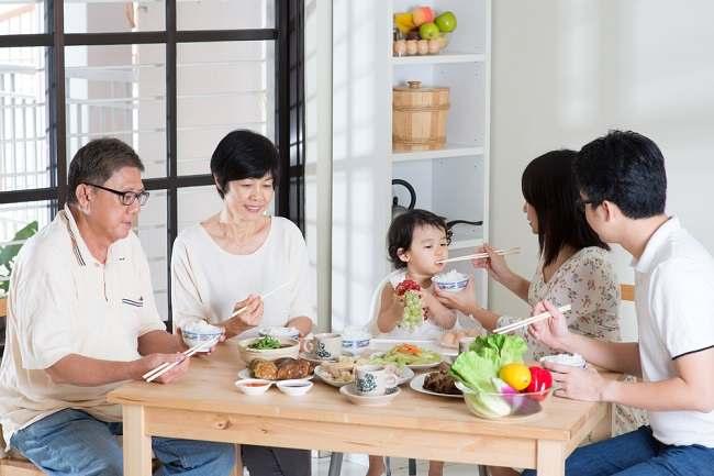 Bunda, Ini Pentingnya Makan Bersama Keluarga untuk Si Kecil - Alodokter