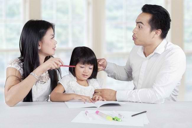 Bunda dan Ayah, Yuk, Hindari Kebiasaan Bertengkar di Depan Si Kecil - Alodokter
