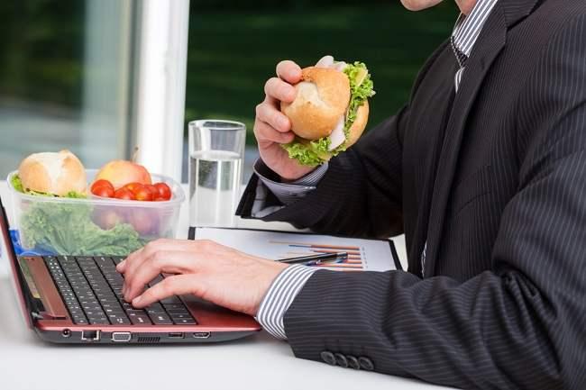 Hal yang Bisa Terjadi bila Keseringan Makan Siang di Meja Kantor - Alodokter
