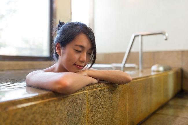Ini Manfaat Terapi Air Hangat yang Perlu Anda Ketahui - Alodokter