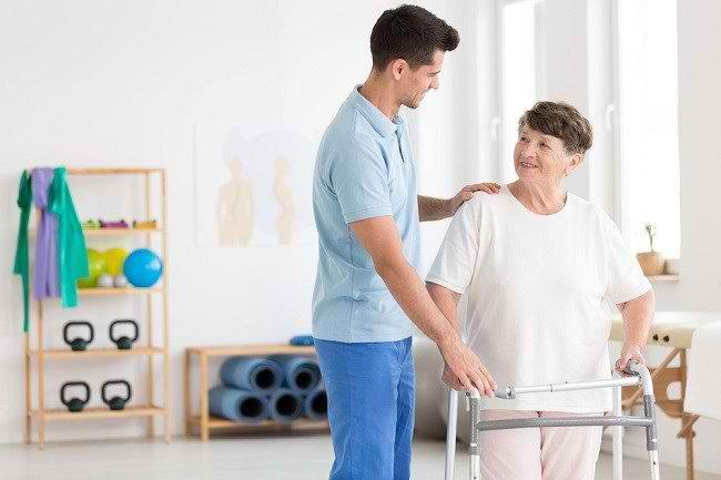 Mengenal Peran Fisioterapis dan Kondisi yang Ditanganinya - Alodokter