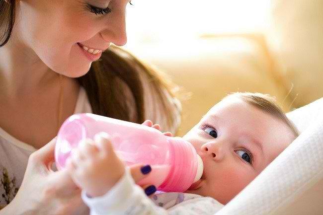 Ini Bahaya Memberikan Makanan Bayi Menggunakan Botol Susu - Alodokter