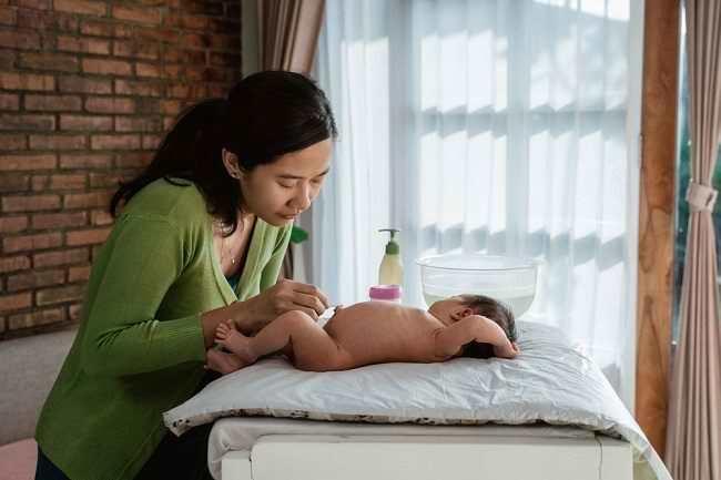Jangan Sembarangan, Begini Cara Membersihkan Pusar Bayi yang Benar - Alodokter