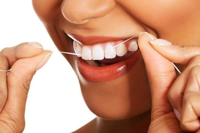 Cara dan Manfaat Membersihkan Gigi dengan Benang Gigi - Alodokter