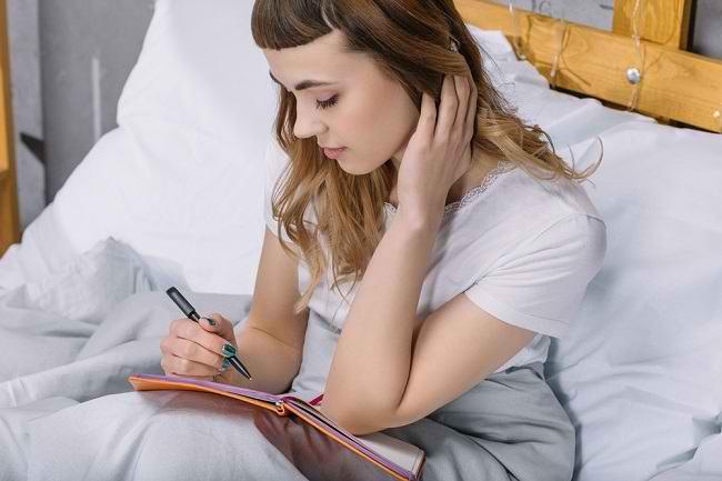 Manfaat Menulis Buku Harian yang Sayang untuk Dilewatkan - Alodokter