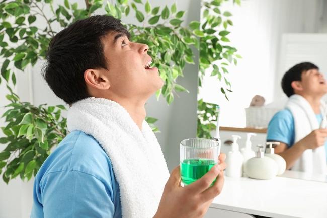 Manfaat Obat Kumur untuk Menjaga Kesehatan Gigi dan Gusi - Alodokter