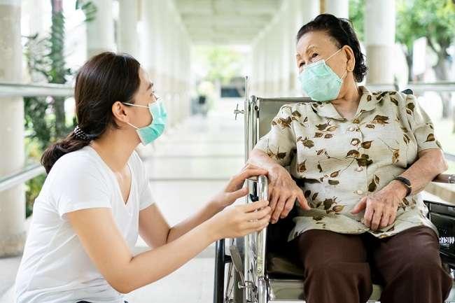 Begini Cara Merawat Lansia di Rumah Selama Pandemi COVID-19 - Alodokter