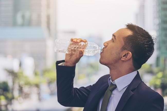 Bukan Segel Plastik, Inilah Kriteria Botol Minuman yang Aman dan Sehat - Alodokter