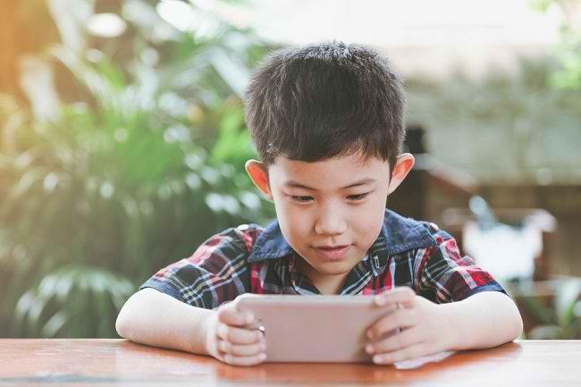 Terlalu Sering Main Gadget Bisa Menghambat Perkembangan Anak - Alodokter
