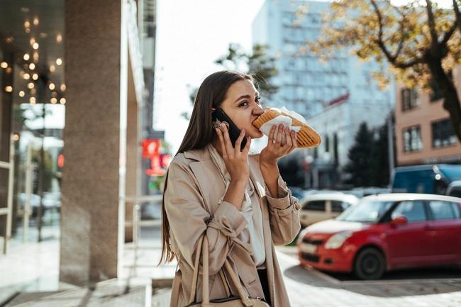 Dampak Buruk di Balik Kebiasan Makan dan Minum sambil Berdiri - Alodokter