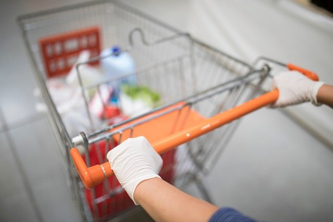 Benarkah Memakai Sarung Tangan Saat Berbelanja Bisa Menangkal Virus Corona? - Alodokter