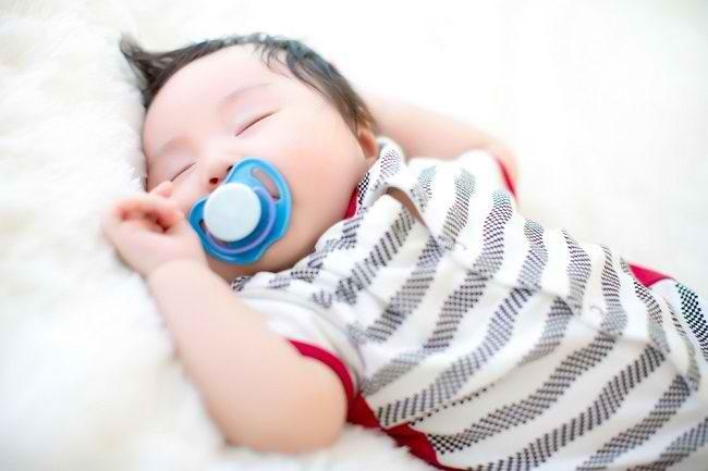 Bolehkah Bayi Ngempeng? Simak Pro Kontra Penggunaannya - Alodokter