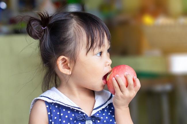 Petik Manfaat Buah Apel untuk Kesehatan Anak - Alodokter