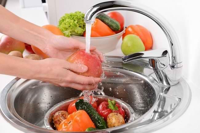 Cara Mencuci Sayur dan Buah yang Benar Agar Terhindar dari Keracunan Makanan - Alodokter