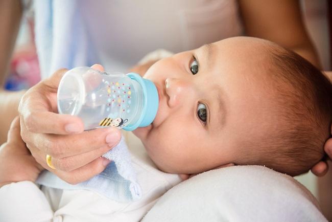 Kapan Bayi Boleh Minum Air Putih? - Alodokter