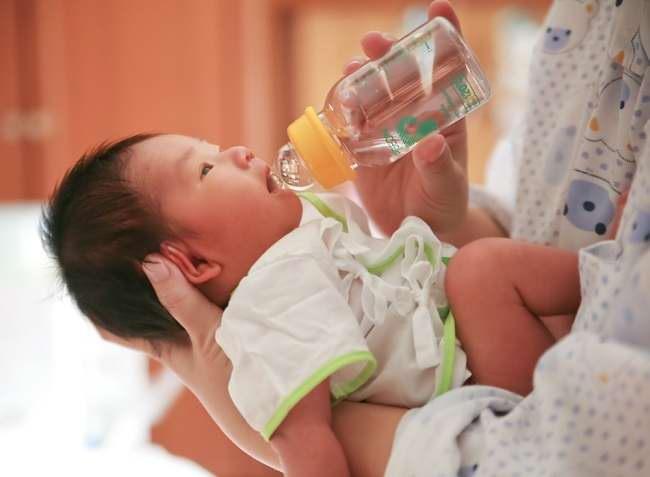 Inilah Bahaya Memberikan Air Putih untuk Bayi - Alodokter