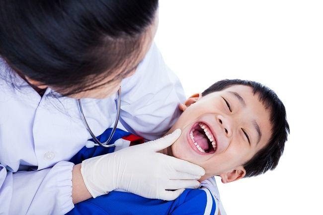 Ini yang Dilakukan Dokter saat Perawatan Gigi Anak Pertama Kalinya - Alodokter