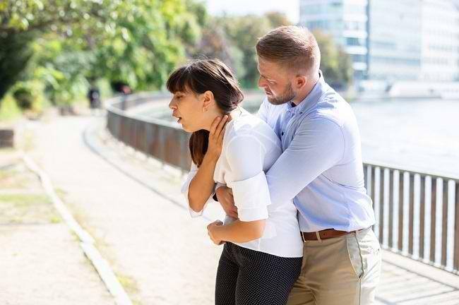 Heimlich Maneuver, Pertolongan Pertama untuk Orang yang Tersedak - Alodokter