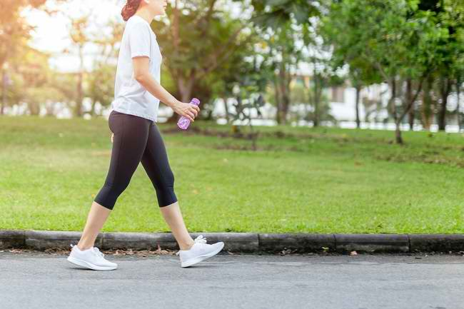 6 Manfaat Jalan Santai untuk Kesehatan Tubuh - Alodokter