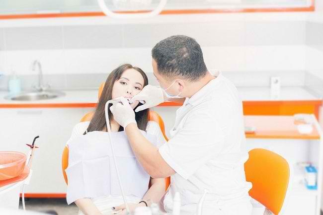 Mengenal Penyebab Karang Gigi dan Cara Pencegahannya - Alodokter