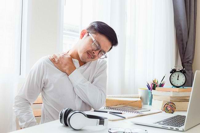 Penyebab Sakit Punggung Atas dan Cara Mengatasinya - Alodokter