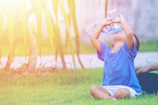 Pentingnya Cukupi Asupan Cairan Anak untuk Perkembangan Kognitifnya - Alodokter