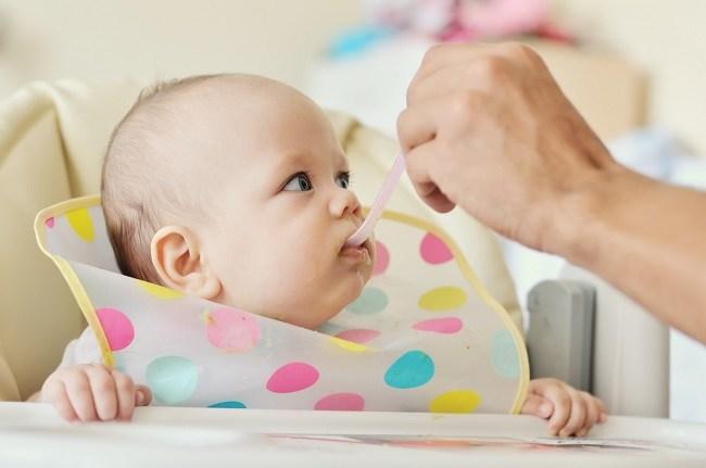 Porsi Makan Bayi 6 Bulan dan Kandungan Nutrisi yang Perlu Diperhatikan - Alodokter