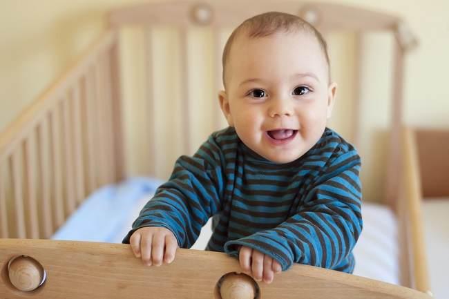 Ini Pertolongan Saat Bayi Jatuh dari Tempat Tidur - Alodokter