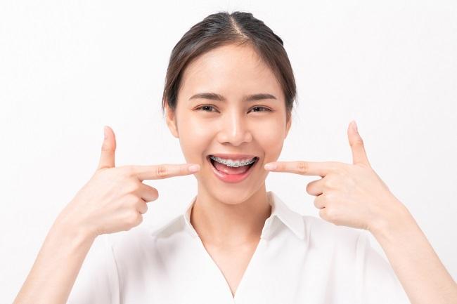Ini Cara Menghilangkan Bau Mulut karena Behel - Alodokter