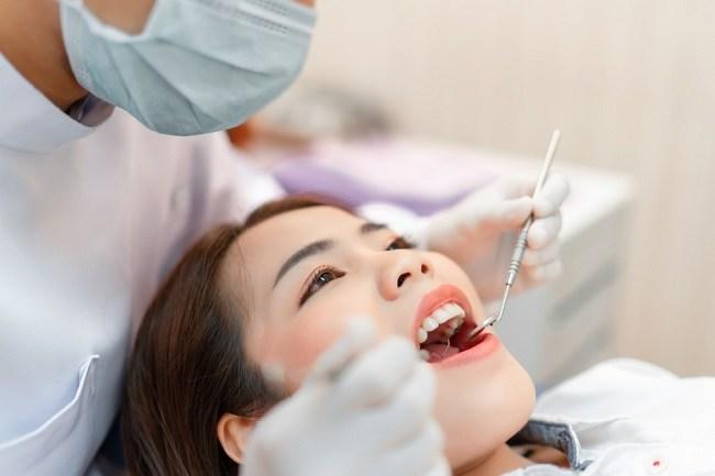 Jangan Takut, Ini 4 Manfaat Cabut Gigi yang Bisa Anda Peroleh - Alodokter