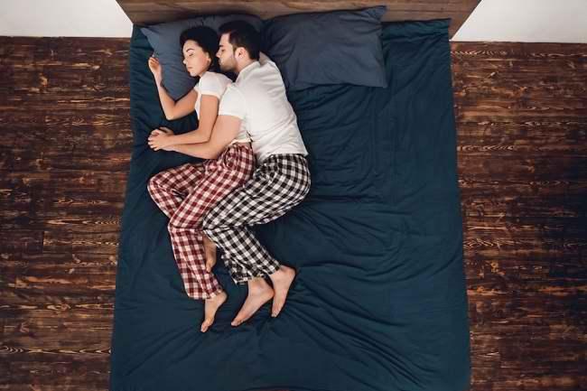 Spooning, Posisi Tidur yang Tingkatkan Keintiman - Alodokter