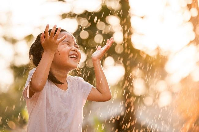 Main Hujan Bisa Sebabkan Anak Pilek, Mitos atau Fakta? - Alodokter