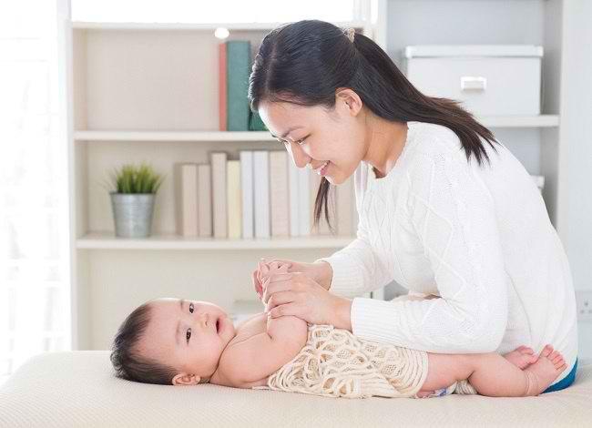 Ketahui Beragam Manfaat Pijat Bayi - Alodokter