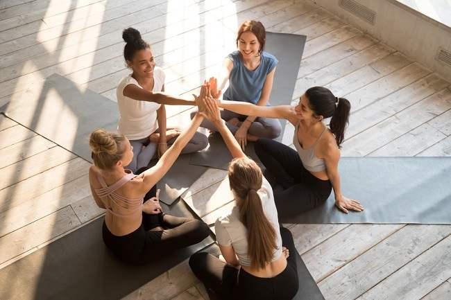 Berbagai Manfaat dan Cara Melakukan Yoga Tertawa yang Sayang untuk Dilewatkan - Alodokter