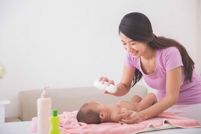 Kenali Risiko Bedak Bayi dan Cara Tepat Menggunakannya - Alodokter