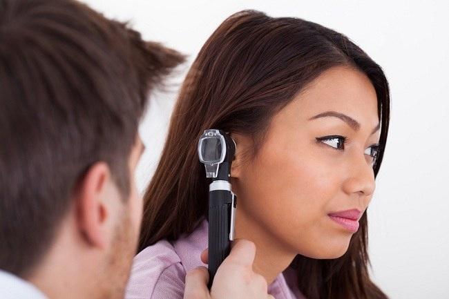 Apakah Aman Membersihkan Kotoran Telinga Dengan Ear Candle? - Alodokter
